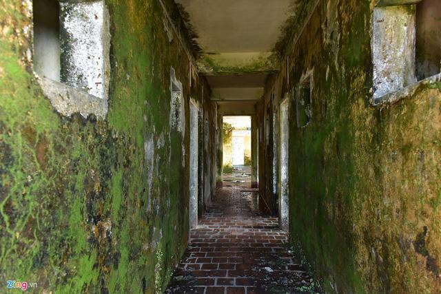 Bên trong nhà nghỉ, các bức tường mọc rêu, không khí lạnh lẽo, ẩm mốc.