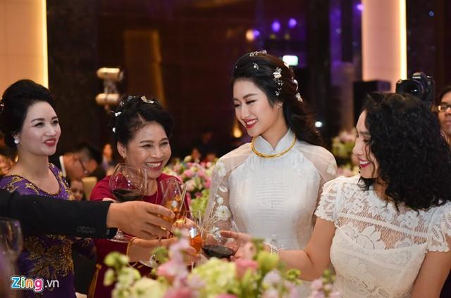 Bà Thanh Hòa, mẹ đẻ của Thu Ngân, cũng từng chia sẻ 21 tuổi không phải quá sớm để kết hôn. Bà tin tưởng đây là duyên ông trời se cho con gái.
