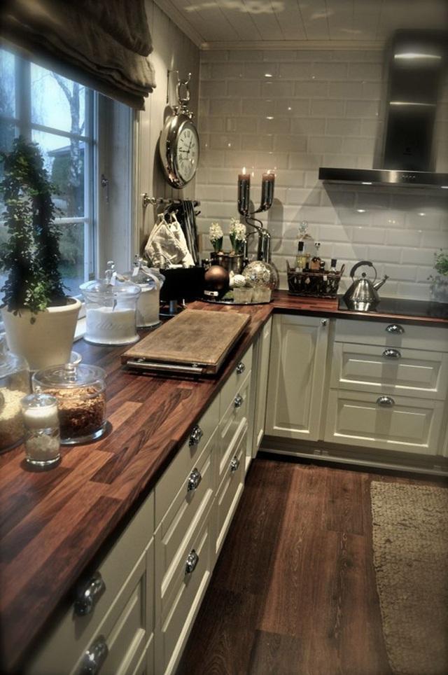 Gạch hình vân gỗ phù hợp với sàn nhà, và trông rất tuyệt khi kết hợp với những viên gạch màu trắng trên tường bếp, giúp tăng thêm cảm giác ấm áp cho không gian.