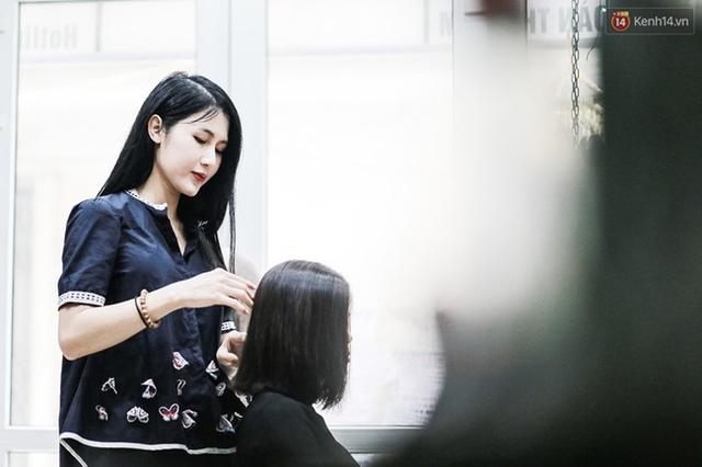Công việc đời thường của Trâm Anh: làm tóc cho khách hàng ở salon ngay tại nhà
