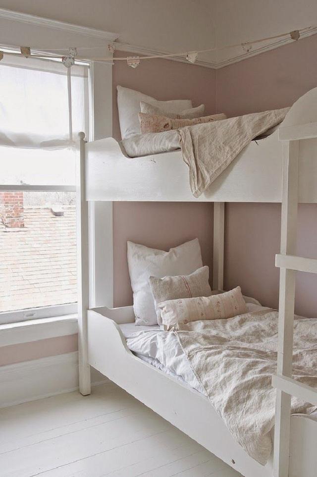 15. Một mẫu thiết kế giường ngủ không thể đơn giản hơn nữa dành cho các bé gái có tính cách lãnh mặc và ưa sống nội tâm. Tông màu nâu nhạt trung tính này sẽ làm các em thoải mái nhất khi sử dụng.