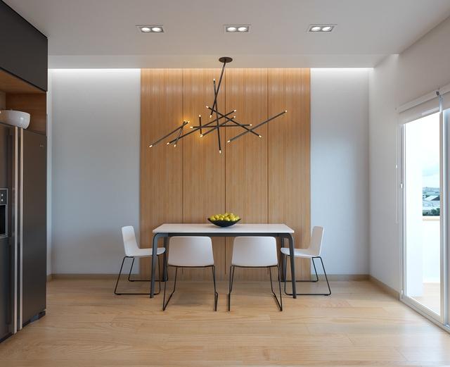 15. Một phong cách tối giản nhưng vẫn tạo nên nét duyên dáng cho khu vực này. Tấm bảng gỗ chia 4 phần làm điểm nhấn cho bức tường, đèm chùm độc đáo cùng bộ bàn ghế màu trắng với chân ghế vô cùng mảnh mai.