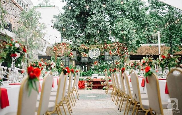 Không gian tiệc cưới tươi tắn với sắc đỏ.