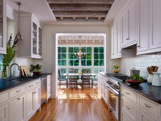 15. Bên khung cửa kính cũng là một vị trí lý tưởng để bạn nhâm nhi bữa sáng hàng ngày.