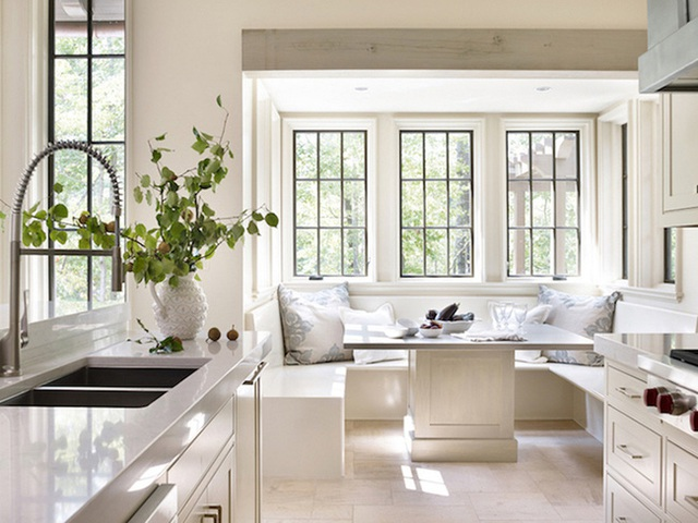 29. Tầm nhìn của góc bếp hấp dẫn này là điều bất kỳ ai cũng mong muốn có được trong ngôi nhà mình. Chiếc ghế băng đơn giản vừa vặn với cách trang trí tươi sáng của tổng thể căn phòng.
