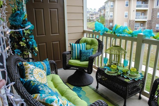15. Màu xanh lá cây luôn làm việc cực kỳ tốt và giúp thiết kế thêm ý nghĩa. Kiến trúc sư đã kết nối vẻ đẹp tự nhiên với màu lạnh và bạn có thể nhìn vào ban công quyến rũ này để xem nó có hiệu quả như thế nào.