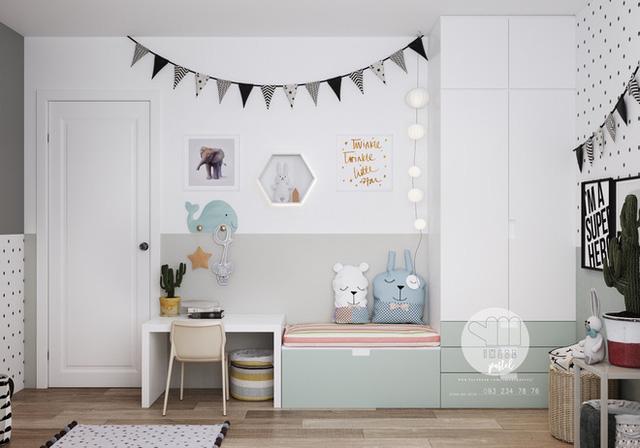 Giường ngủ nhỏ xinh với những chiếc gối ngộ nghĩnh. Những vật dụng trang trí trên tường giúp cho không gian thêm đáng yêu và sinh động.