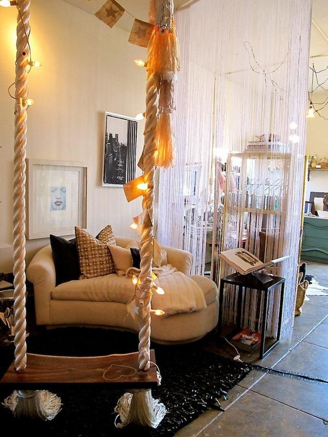 Trang trí swing của bạn với các biểu ngữ và đèn dây để làm cho nó thêm hấp dẫn.