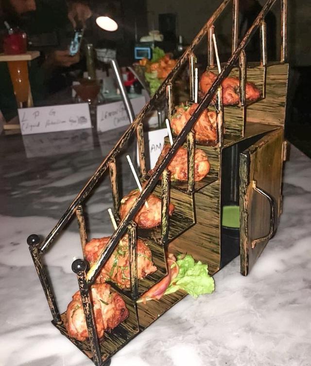 Với cách bài trí như thế này thì món gà tikka phải được đổi tên thành món gà leo bậc thang mới phải