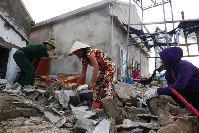Chiều 16/9, người dân bắt đầu công việc dọn dẹp sau bão, nhặt nhạnh từng vật dụng còn lại dưới đống đổ nát.