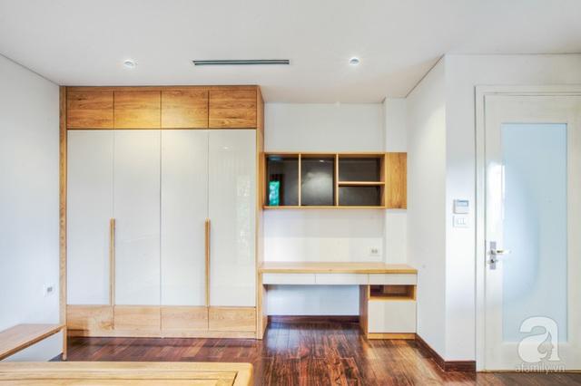 Phòng ngủ của 2 cậu con trai sử dụng chất liệu gỗ sồi, nhẹ nhàng, hiện đại.