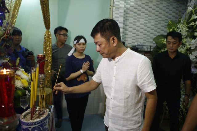 Nghệ sĩ Tấn Beo là đồng nghiệp thân thiết nhất của Khánh Nam. Ngay khi biết tin bạn thân cấp cứu ở bệnh viện, anh đã túc trực cùng gia đình. Sau đó, Tấn Beo và bạn bè lại lo hậu sự cho Khánh Nam.