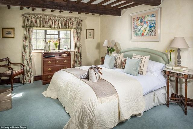 Ở một không gian khác, phòng ngủ đôi được bố trí với rèm cửa, chăn nệm mang sắc màu tươi sáng hơn, cho bạn lựa chọn tùy thích.