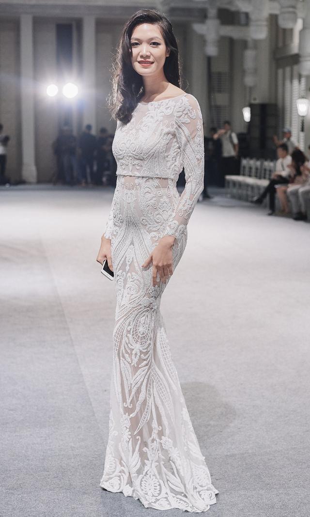 Hoa hậu Thùy Dung xuất hiện sang trọng kiêu kỳ tại show diễn kỷ niệm 10 năm của NTK Adrian Anh Tuấn.