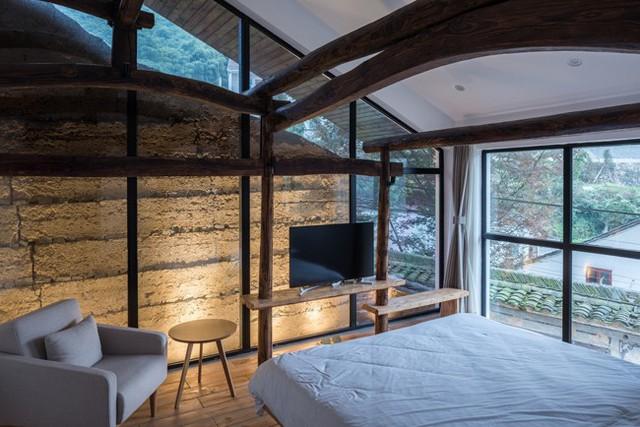Cửa kính trong suốt kéo dài đến tận trần nhà giúp ngôi nhà luôn tràn ngập ánh sáng tự nhiên.