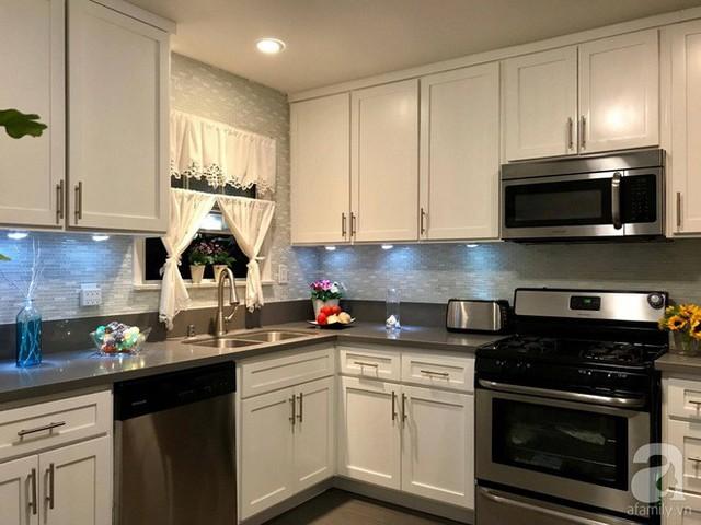 Góc nấu nướng với nội thất trắng đơn giản, hiện đại.