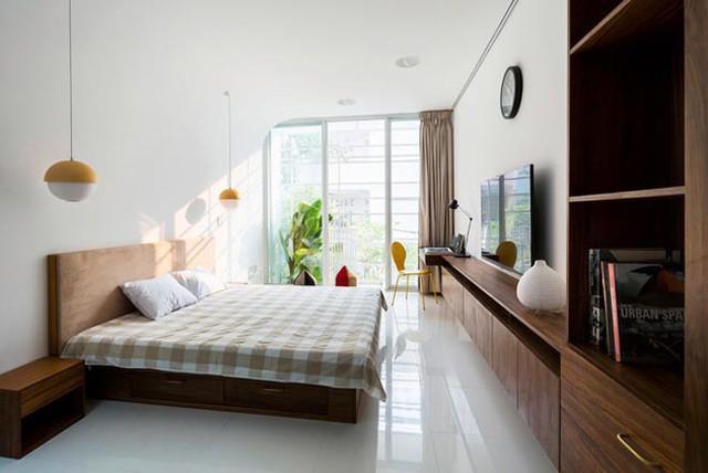 Phòng ngủ thoáng đãng, vật dụng phân bổ theo phương nằm ngang tạo sự kín đáo.