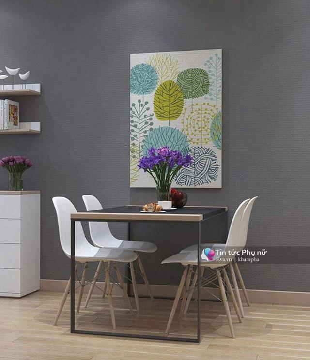 Một bộ bàn ghế nhỏ, ít chi tiết rườm rà giúp cho không gian căn hộ thêm rộng rãi, thoải mái.