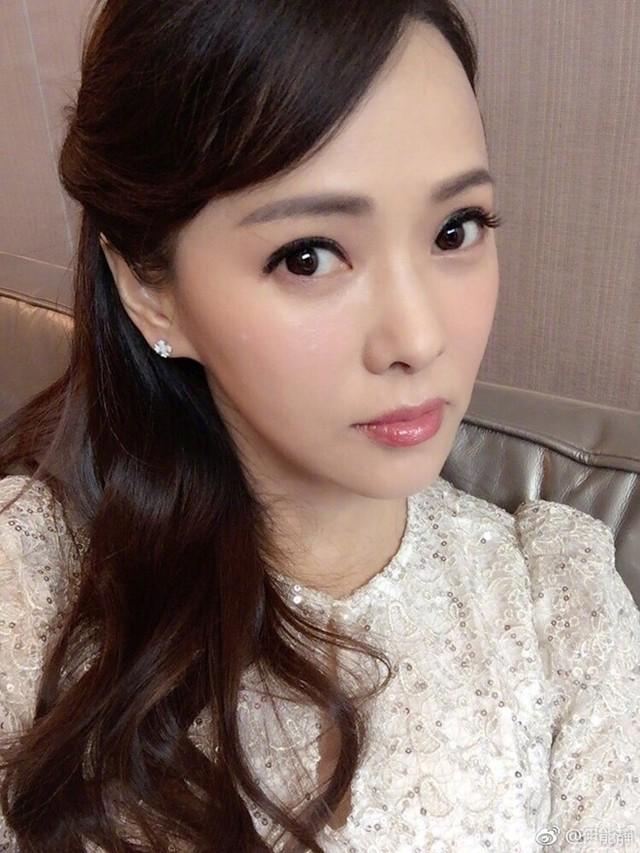 Cận cảnh nhan sắc trẻ trung của mỹ nữ U50. Hiện tại, Y Năng Tịnh ít đóng phim mà chỉ tham gia chương trình truyền hình để có thời gian chăm sóc con cái.