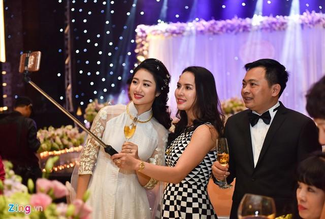 Sau đám cưới, người đẹp 9X vẫn tiếp tục khóa học Quản trị khách sạn tại Thụy Sĩ.