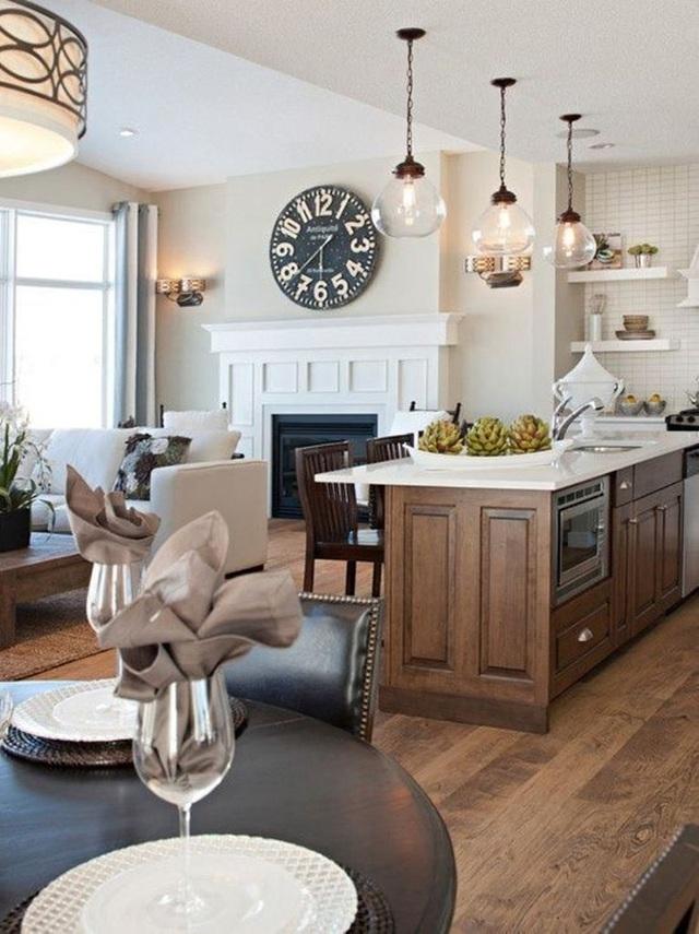 18. Phòng bếp và phòng khách truyền thống kết hợp với nhau bằng những món đồ gỗ màu tối.