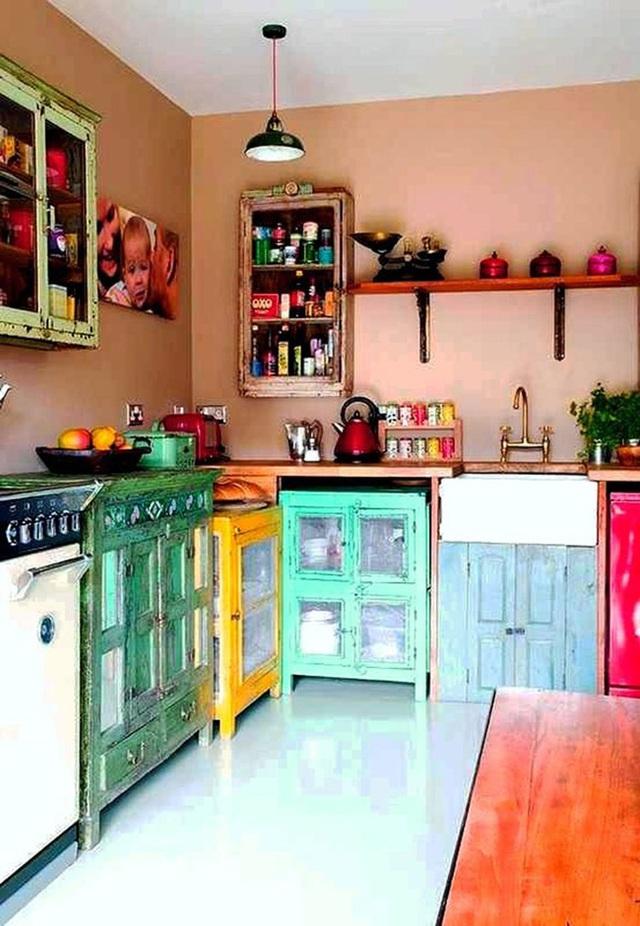 Nếu bạn có một không gian chiết trung, hãy thử những chiếc tủ đa dạng với nhiều hình dáng và màu sắc.