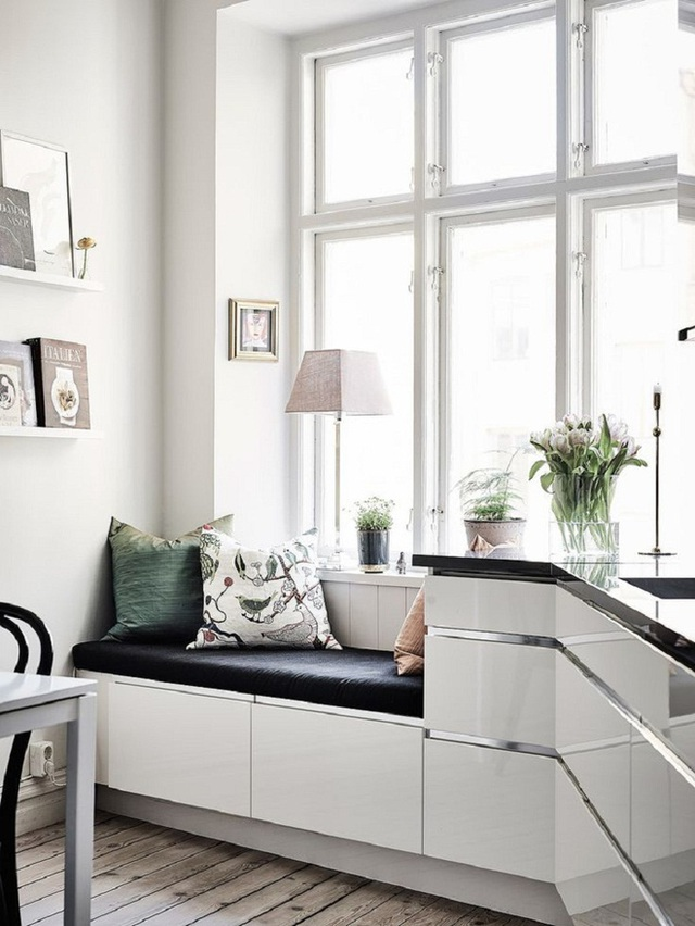 Khi bạn không có đủ diện tích cho một chiếc bàn nhỏ thì bệ cửa sổ cũng có thể đảm nhiệm vai trò đó.