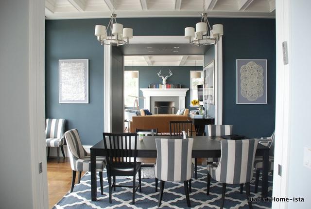 Kết hợp những chiếc ghế không giống nhau trong một bàn ăn là xu hướng mới nhất hiện nay. Chọn một tấm thảm thật thú vị và độc đáo mà bạn sẽ không có thời gian để lo lắng về việc có hài hòa với những chiếc ghế không nhé!