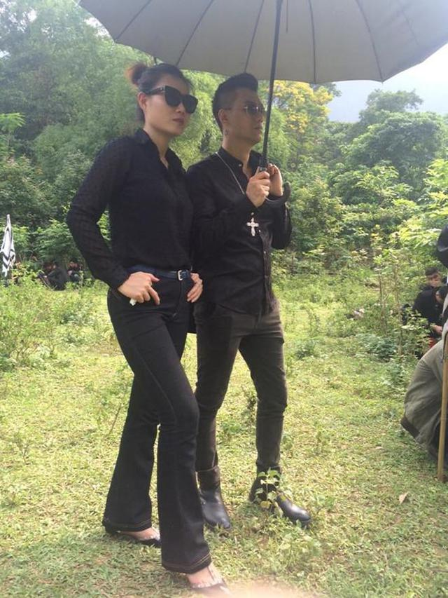 Đi viếng đám tang bố nhưng Phan Hương, Phan Hải diện cực ngầu.