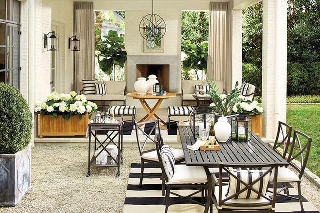 Sự quyến rũ của một tấm thảm sọc đơn sắc không chỉ làm nội bật trong gian phòng ăn trong nhà mà điều ấy cũng tương tự với không gian ăn uống ngoài trời.
