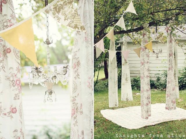16. Bạn có thể tạo ra khu vực dã ngoại của riêng mình trong khu vườn sau nhà nhờ những tán cây to. Tận dụng nó để treo các tấm vải là bạn đã hoàn thành rồi.