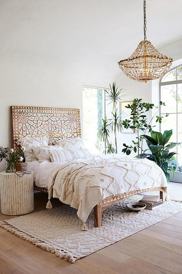 Một chiếc tua sang trọng dưới khăn trải giường và gối theo tông màu vàng sang trọng.