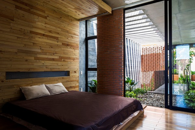 Phòng ngủ thứ hai đối diện vườn cây.