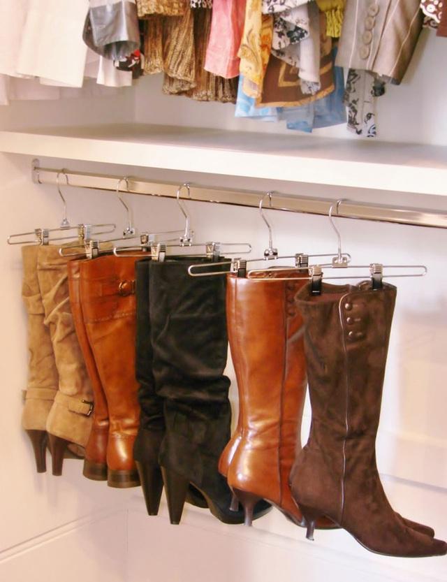 16. Dùng những chiếc mắc có kẹp để treo gọn ghẽ những đôi boot.