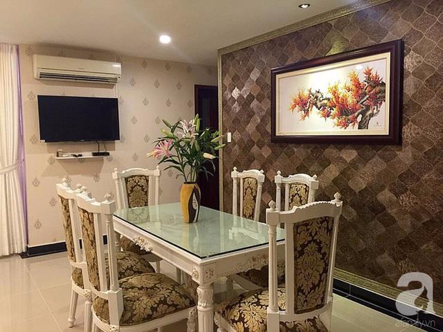Bàn ghế khu vực ăn uống được đồng bộ từ màu sắc đến phong cách với bàn ghế phòng khách.