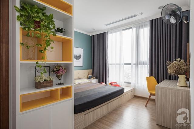 Phòng của vợ chồng chị Hương và cậu con trai lại được tạo điểm nhấn bởi màu xanh lam đậm cho bức tường đầu giường. Khung cửa sổ rộng mở luôn được kéo rèm gọn gàng để đón ánh nắng tươi vui, tràn ngập vào căn phòng.