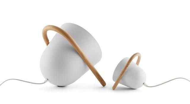 15. Mẫu đèn để bàn được thiết kế với kiểu dáng đơn giản nhất nhưng khiến người xem chẳng thể rời mắt.