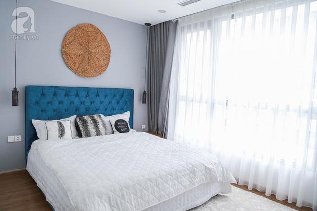 Phòng ngủ của chị Thu với tông màu tráng - xám tone sur tone với tổng thể chung của căn hộ.