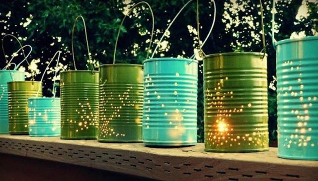 17. Những bóng đèn tự chế từ thùng nhỏ bỏ đi sau khi được chọc thủng lỗ và treo lên thật là kì diệu. Những ánh sáng nhỏ bé lấp lánh đó sẽ tạo không gian lãng mạn cho khu vườn.