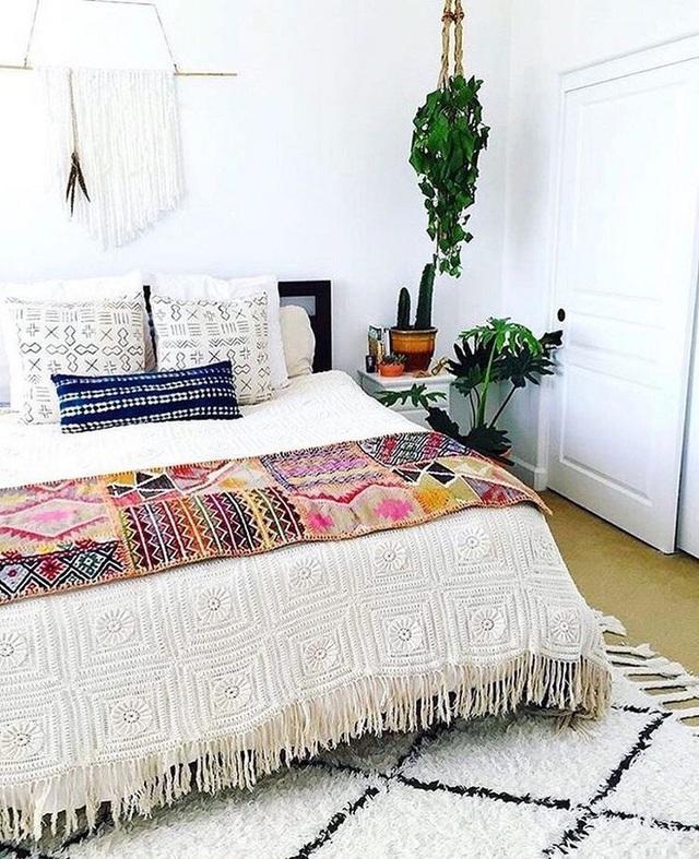 Giường thì màu sắc đơn giản thôi, nhưng khăn trải bao phủ bằng hoa văn in boho đậm đà, tinh tế.