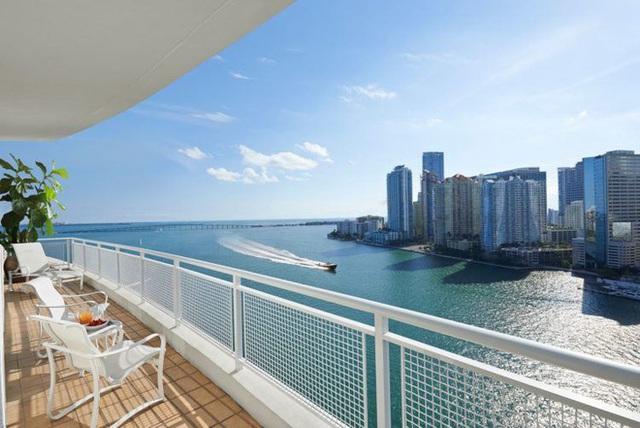 17. Đây là ban công nằm trong khu nghỉ dưỡng 5 sao Mandarin Oriental Miami ở thành phố xa hoa Miami (Mỹ). Chỉ cần một bước chân từ trong phòng ngủ, bạn có thể chiêm ngưỡng một trong những vịnh đẹp nhất thế giới - vịnh Biscayne, ngắm nhìn thành phố xa hoa Miami và tận hưởng những tia nắng ấm áp khi ngồi trên chiếc ghế xinh xắn của ban công.