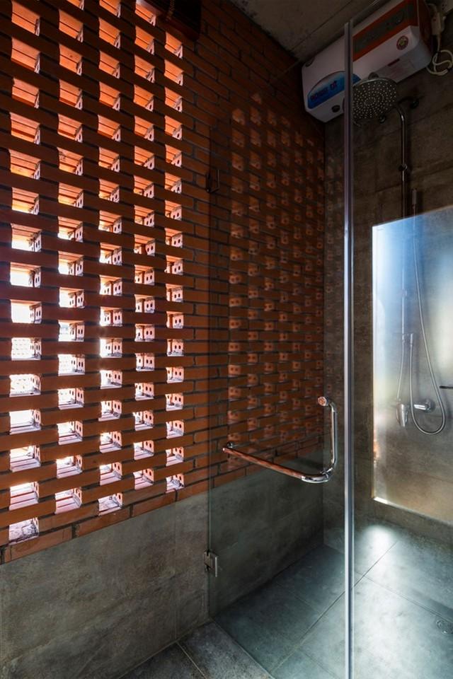 Phòng tắm với chi tiết tường lỗ độc đáo.