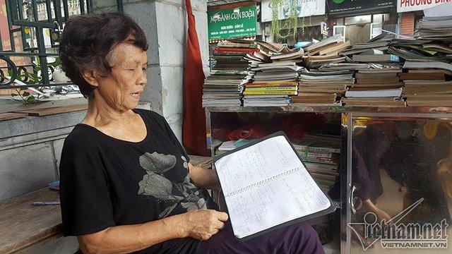 """Bà tâm sự: """"Tôi mong rằng nhiều phố khác cũng có thư viện như thế này, văn hóa đọc của người dân được duy trì và nâng lên. Còn sức khỏe tôi vẫn mở quầy sách báo để phục vụ người dân"""