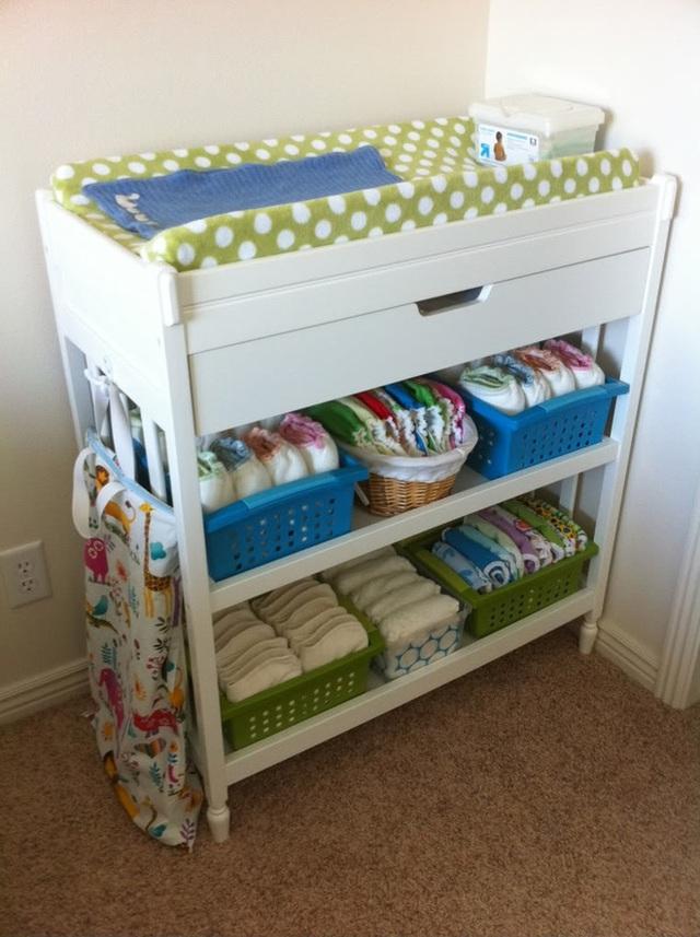 17. Với nhà có trẻ nhỏ, một kệ nhiều ngăn như thế này sẽ có thể lưu giữ được nhiều món đồ của bé mà không chiếm nhiều diện tích mặt sàn.