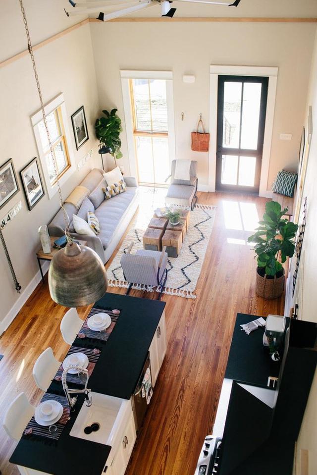 20. Phòng bếp hai màu đen trắng rõ nét cùng phòng khách màu xám tự nhiên.