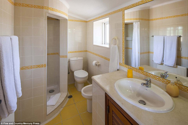 Biệt thự có 11 phòng ngủ, 3 phòng tắm, một phòng khách lớn, phòng ăn và lò sưởi.