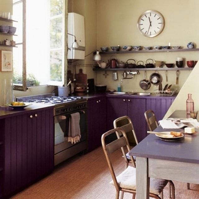 Tủ bếp màu tím đậm và bức tường màu kem trông khá thú vị.