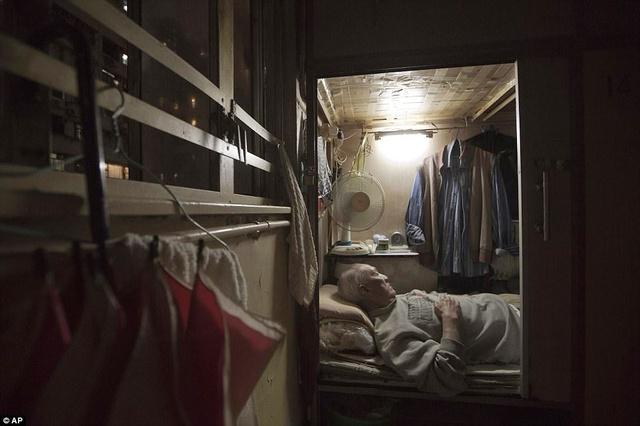 Ông Tạ Chu, một người bồi bàn về hưu đang nằm trong căn nhà quan tài của mình.