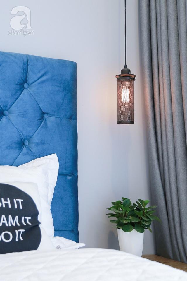 Bộ đèn ngủ và hệ rèm ghi xám gợi nhớ đến những phòng ngủ đậm chất Âu trên pinterest.