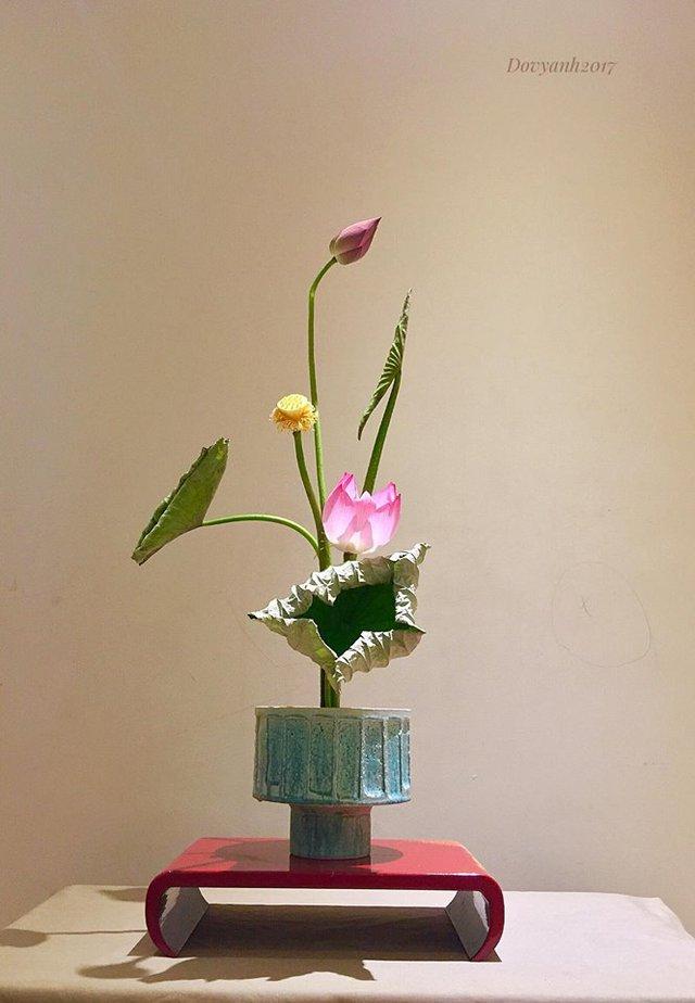 Ba trạng thái của hoa và lá thể hiện hiện tại, quá khứ và tương lai. Chiếc bình xanh ngả xám tương thích và ăn nhập với lá sen mở rộng đã héo từ đường hoa văn trên bình, bắt luôn vào gân lá. Màu xanh của lá lại tiệp mầu với bình, nói lên sự đồng điệu giữa hai chất liệu - tươi mát và khô cứng, nặng và bay.